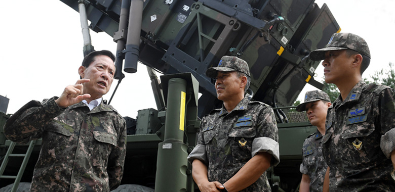 Defense Minister Song Young-moo visits a local Patriot missile unit
