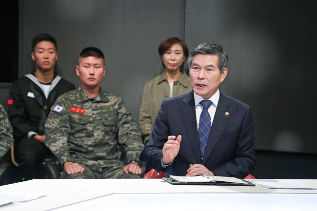 현직 국방부 장관으로는 처음으로 국방TV '국방 포커스'에 출연, 국방부의 비전을 명쾌하게 소개하고 있는 정경두 국방부 장관.
