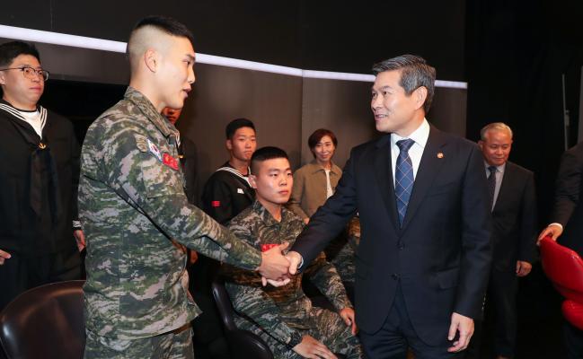 정경두 국방부 장관이 국방TV '국방 포커스' 녹화가 끝난 뒤 방청객으로 참석한 해병대원을 악수로 격려하고 있다.